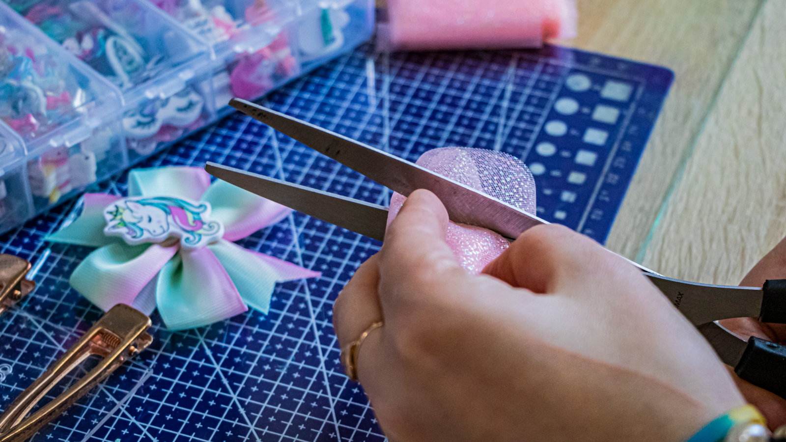 The process of making a bow for a hair clip